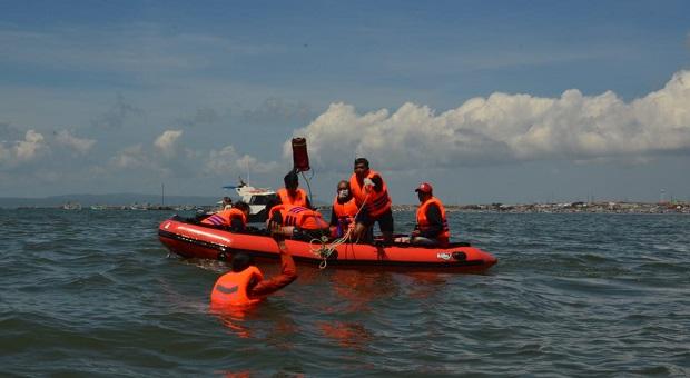 """Nelayan Muncar Lakukan Aksi Penyelamatan Korban Kapal """"Harmoni"""""""