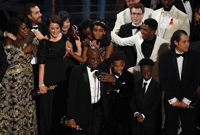 Barry Jenkins recibiendo la estatuilla a Mejor Película