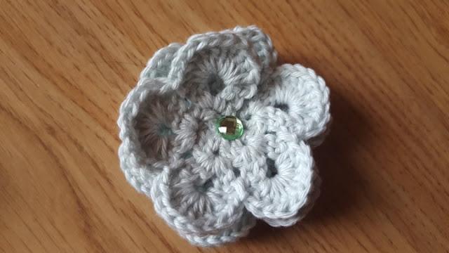 Pretty 3-D crochet flowers - free pattern