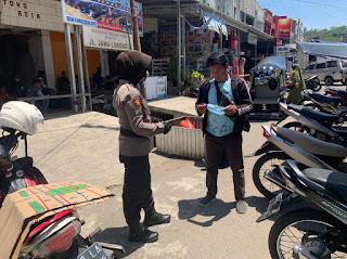 Cegah Virus Covid-19, Personi Sat Sabhara Polres Wajo melakasanakan Pembagian masker di Seputaran Pasar Sentral