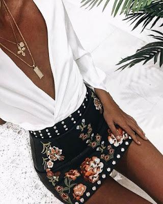 Outfit minimalista para el verano con falda bordada