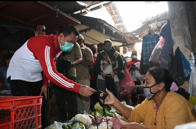 "Mojokerto - Forkopimda Mojokerto mulai Bupati Mojokerto Pungkasiadi, Kapolres Mojokerto AKBP Dony Alexander dan Dandim 0815 Letkol Inf Dwi Mawan Sutanto, bersama-sama memaksimalkan upaya pemutusan mata rantai penyebaran Covid-19 melalui gerakan ""Jatim Bermasker"" secara masif dan berkelanjutan.  Gerakan yang juga dilaunching secara serentak di seluruh wilayah Provinsi Jawa Timur tersebut, diwujudkan dengan membagikan secara langsung ribuan potong masker kain pada pedagang dan masyarakat di Pasar Sawahan Kecamatan Bangsal, Jumat (7/8) pagi.  Secara lengkap, ""Jatim Bermasker"" merupakan penekanan upaya pencegahan Covid-19, yang diinstruksikan langsung oleh Presiden Republik Indonesia Joko Widodo. Terlebih lagi, melaksanakan protokol kesehatan salah satunya disiplin bermasker, kini telah menjadi adat kebiasan baru dalam beraktivitas agar tetap aman serta produktif.  Sebelum membagikan masker, Forkopimda terlebih dahulu melaksanakan senam bersama di halaman kantor Pemkab Mojokerto. Senam turut diikuti Sekdakab Hery Suwito, Ketua TP PKK Yayuk Pungkasiadi, diikuti seluruh karyawan karyawati Pemkab Mojokerto. Senam digelar dengan tetap melaksanakan protokol kesehatan secara ketat. (Jayak)"
