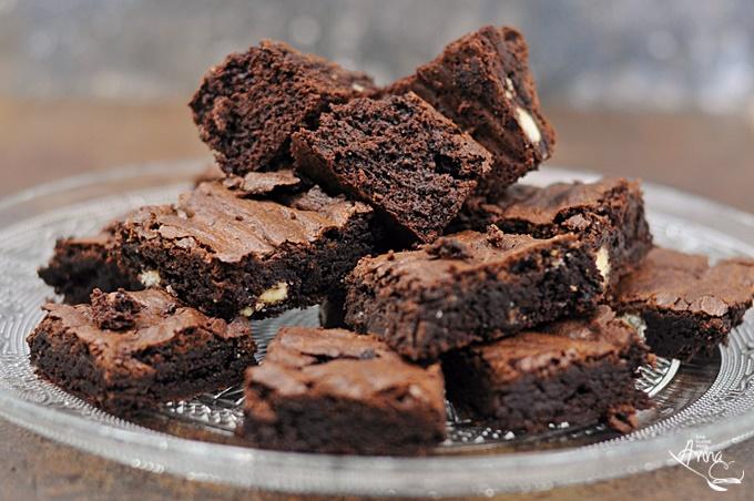 Brownie mit Kinder Schokolade auf einem Glasteller
