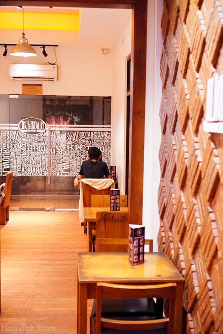 Ruang di salah satu sudut kedai kopi Blackbone