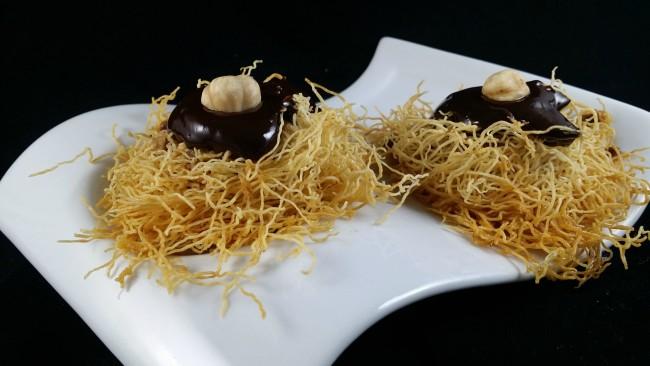 Pastelitos de chocolate con almibar y pasta kataifi