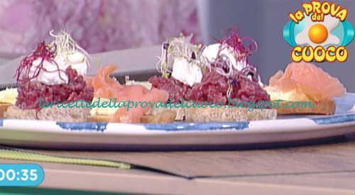 Prova del cuoco - Ingredienti e procedimento della ricetta Bruschetta integrale con carne cruda e burro ai fiori di Diego Bongiovanni