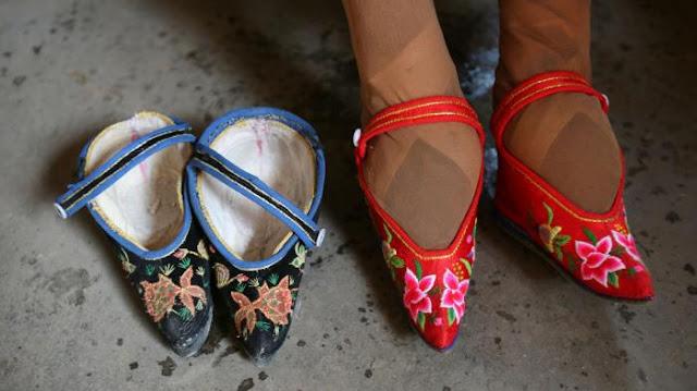 Bagaimana Bisa Kaki Wanita di Suku Ini Muat dengan Sepatu Sekecil Itu? Ritual Ekstim Ini Penyebabnya