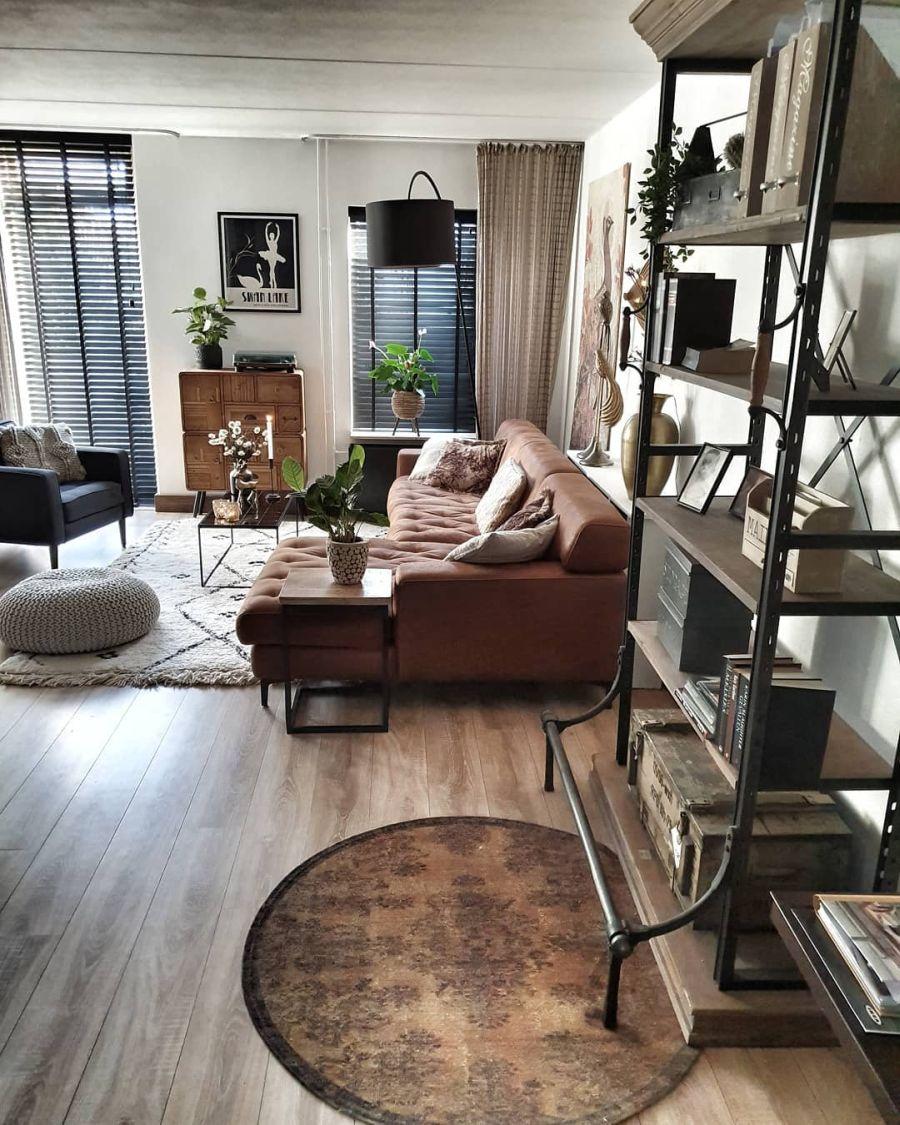 Aranżacja w indywidualnym stylu, wystrój wnętrz, wnętrza, urządzanie domu, dekoracje wnętrz, aranżacja wnętrz, inspiracje wnętrz,interior design , dom i wnętrze, aranżacja mieszkania, modne wnętrza, styl loftowy, loft, styl skandynawski, Scandinavian style, styl industrialny, industrial style, vintage, salon, living room, pokój dzienny, kominek, narożnik, duża kanapa,