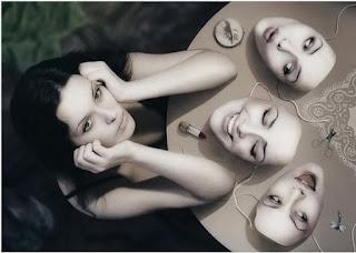 женщина выбирает маски с разными настроеними