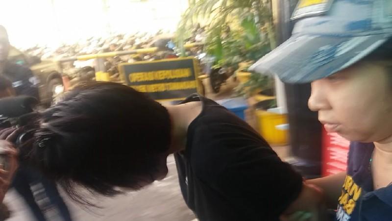 Vionina menunduk saat hendak dibawa ke RS Polri