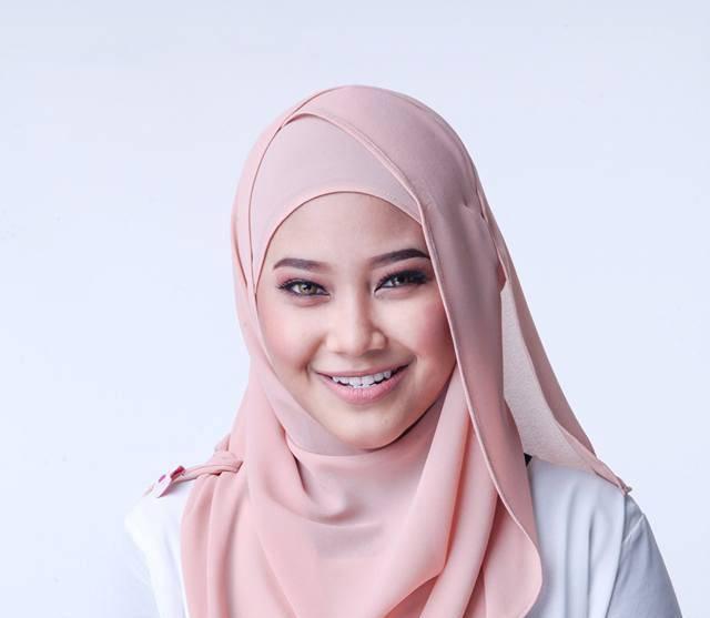 artis baru wan azlyn sumbangkan suara untuk promo radio irdk fmmelalui kakak angkatnya aisha daarnish, wan azlyn telah pun menyumbangkan suara untuk satu promo irdk fm untuk pengetahuan smua beliau baru sahaja