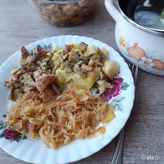 Ziemniaki, gąska i kurka z kurczakiem w sosie z pietruszką. kapusta kiszona zasmażana z suszonym borowikiem