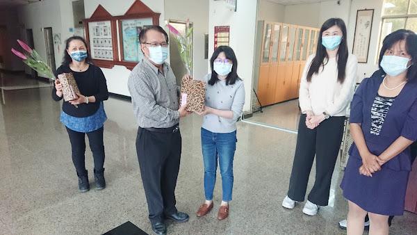 田中警分局慶賀婦女節 送女性同仁鮮花及小禮物