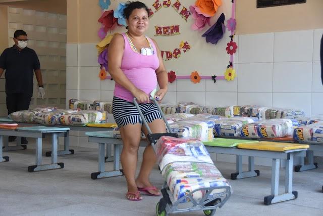 Prefeitura entrega cestas básicas a todos os alunos da rede municipal
