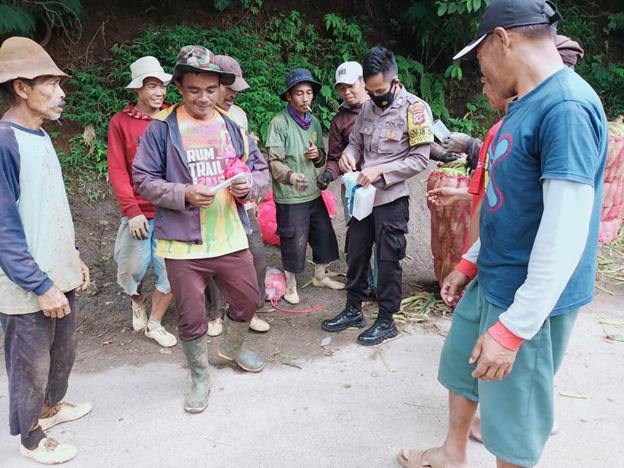 Personel Polresta bagikan Masker Kepada Para Petani