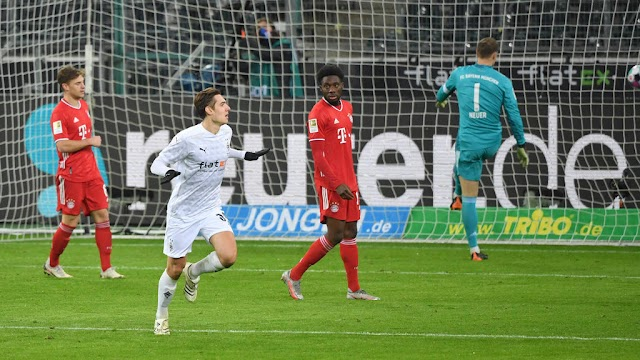 Bayern Munich squander two-goal lead to lose at Moenchengladbach