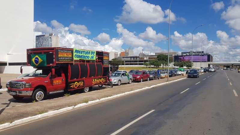 Carreata na Esplanada em apoio a Bolsonaro pede reabertura do comércio