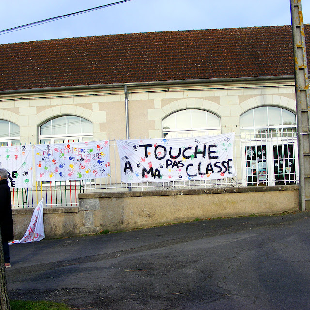 Banner protesting class closure in a village school, Indre et Loire, France. Photo by Loire Valley Time Travel.