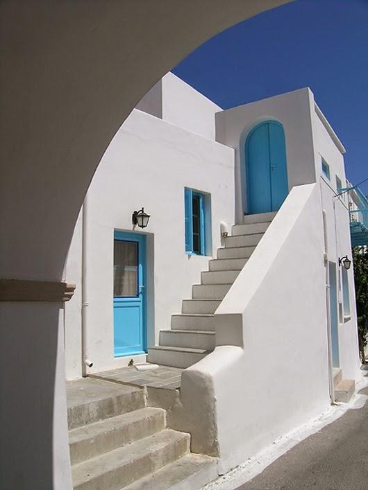 Fantasia e realt case bianche e finestre azzurre sul mare for Finestre bianche