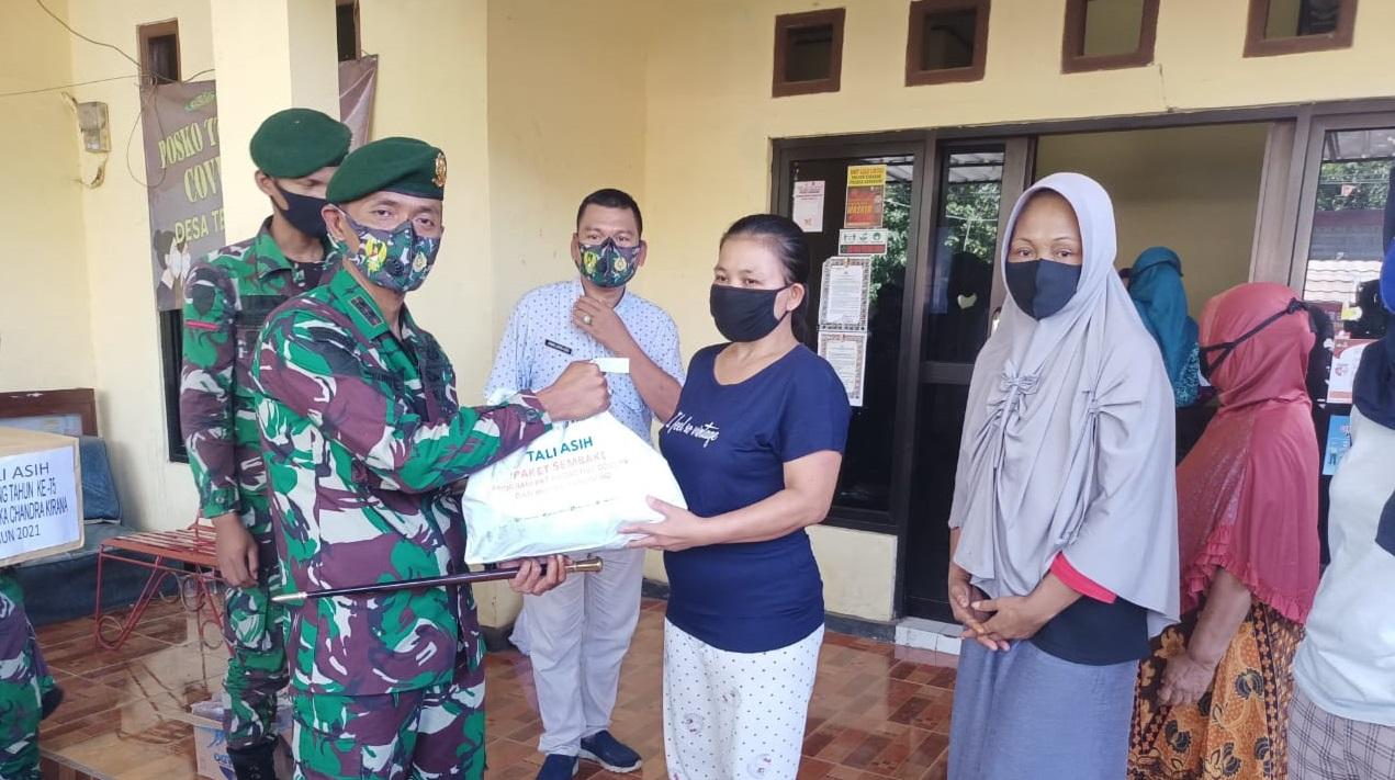 Bagikan Paket Sembako, Danyon Batalyon Armed 13 Kostrad Blusukan di Cibadak Sukabumi