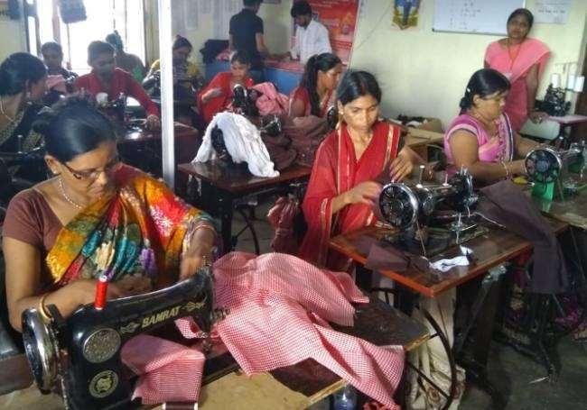 Fatehpur: स्कूलों की ड्रेस वितरण में फंसा सिलाई व कपड़े का पेंच, समूह की महिलाएं तय कीमत में 140 रुपये सिलाई बताती