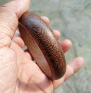 vòng đeo tay bằng gỗ chiu liu