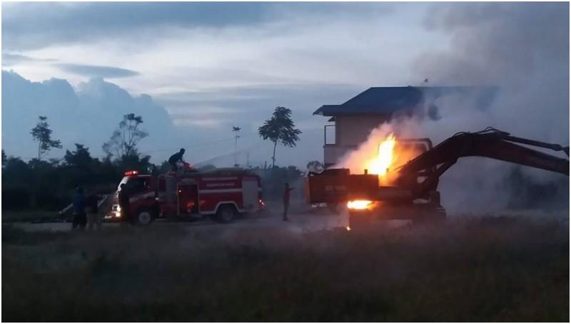 Escavator yang dibakar di Desa Lingga