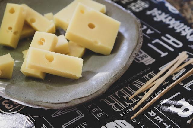 Queijo Gruyère cortado em aperitivo em prato de cerâmica