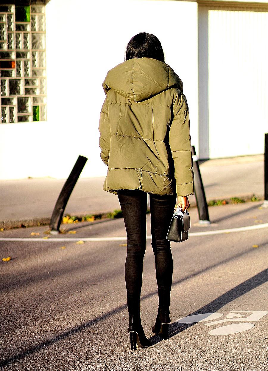 inspiration-tenue-hiver-doudoune-capuche-chic-jeans-slim-bottines-talon