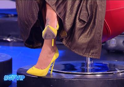 scarpe gialle tacchi alti Sonia Bruganelli grande fratello vip