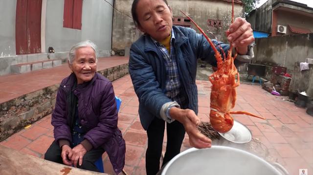 Bà Tân Vlog 'bắt trend' làm nước rửa tay sát khuẩn 'siêu to khổng lồ' được fan khen 'hành động đẹp, ý nghĩa, nhân văn'