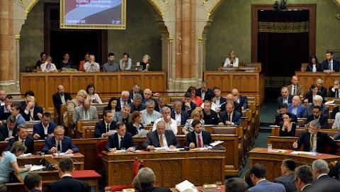 Az ellenzék kezdeményezésére kezd rendkívüli ülésbe a parlament