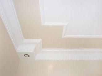 Tavan çevresinin duvarla aynı renk olduğu kartonpiyer çalışması