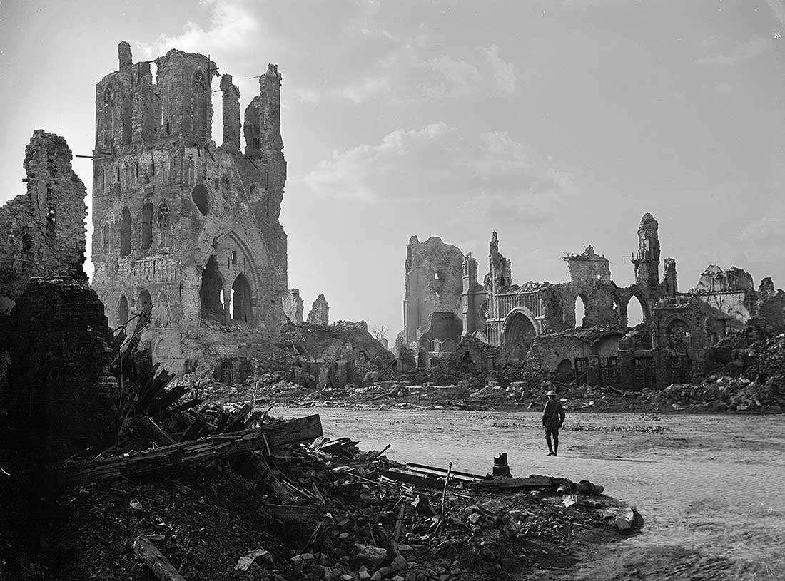 Amazing belgium the cloth hall of ypres for Piscine ypres photo