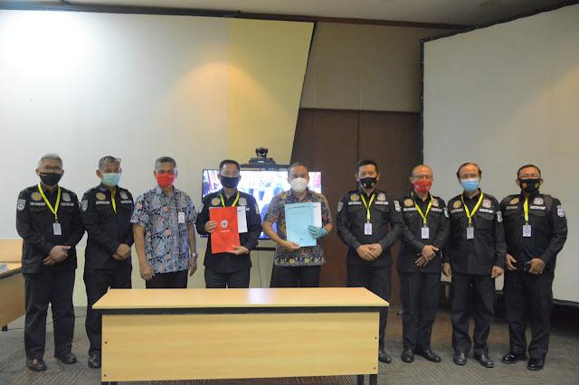 Kepala Departemen Komunikasi & Hukum Perusahaan PT Semen Padang Oktoweri (lima dari kiri) diabadikan bersama Tim dari Mabes Polri yang dipimpin oleh Kasubdiit Audit Ditpamobvit Kor Shabara Baharkam Polri yang melakukan supervisi pelaksanaan SMP di Semen Padang