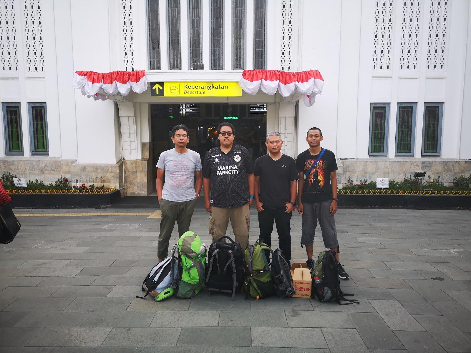 Di hadapan Stasiun Jogjakarta