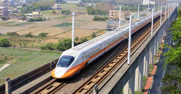 台中外埔高鐵觀景台觀賞列車呼嘯而過,水流東桐花步道散步好去處