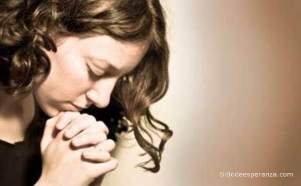 El poder de la oración de una joven mujer