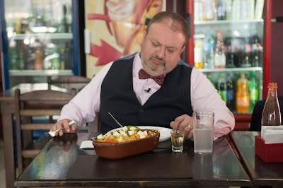 Chef experimenta um dos pratos do restaurante - Crédito: Carlos Reinis/Band