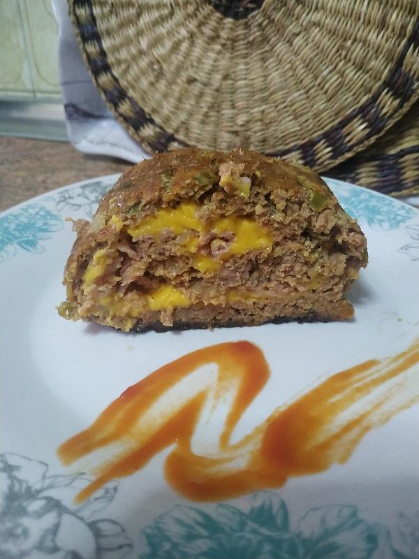Pastel de carne relleno de jamón y queso