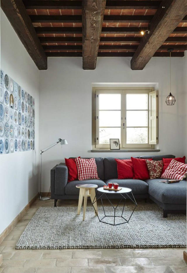 Salón con techo abuhardillado
