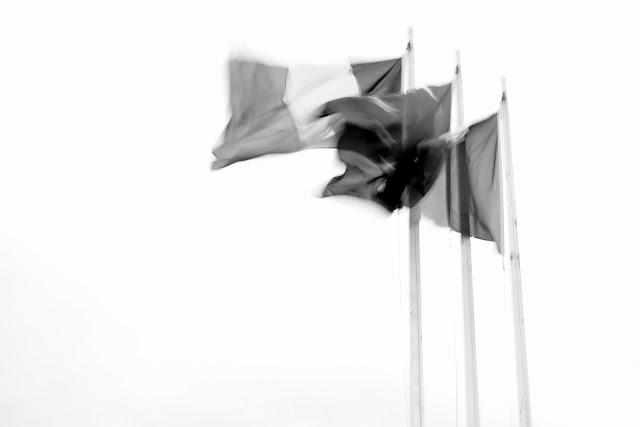3 drapeaux dans le vent