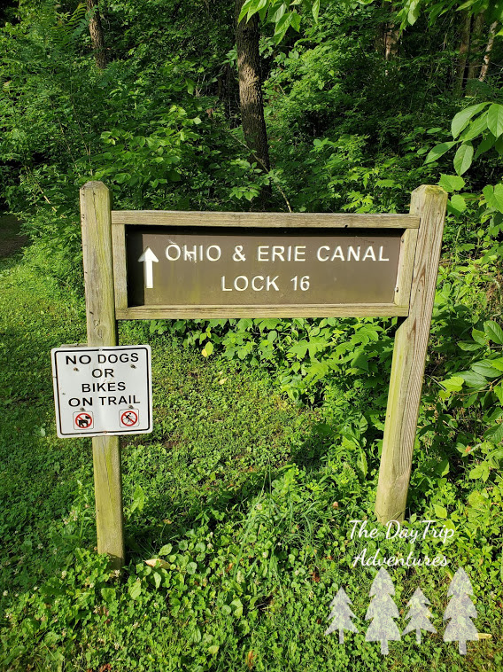 A sign pointin the way to the path that leads to Ohio and Erie Canal lock 16