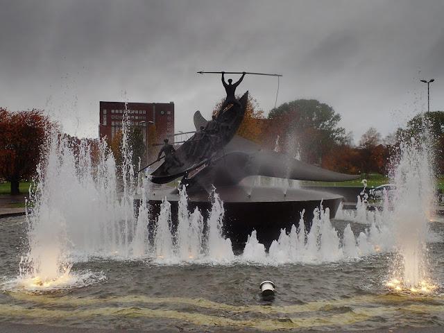 Pomnik wielorybników z fontanną w pakiecie