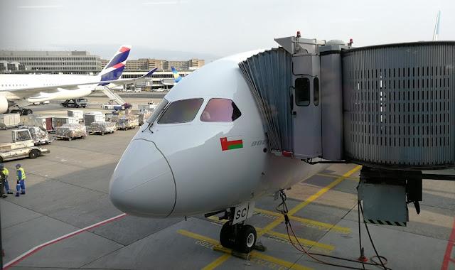 Flug mit Oman Air - Oman Air Dreamliner am Frankfurter Flughafen