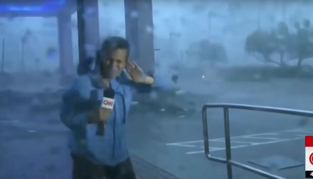 Huracán María arrastra a una reportera en vivo