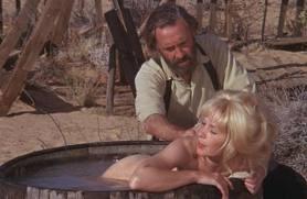 映画砂漠の流れ者の中で主人公がヒロインに湯浴びさせている場面