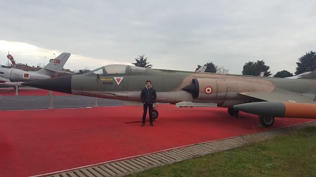 Harun İstenci Lockheed F-104 Starfighter yanında. Yeşilköy, İstanbul - Ocak 2018