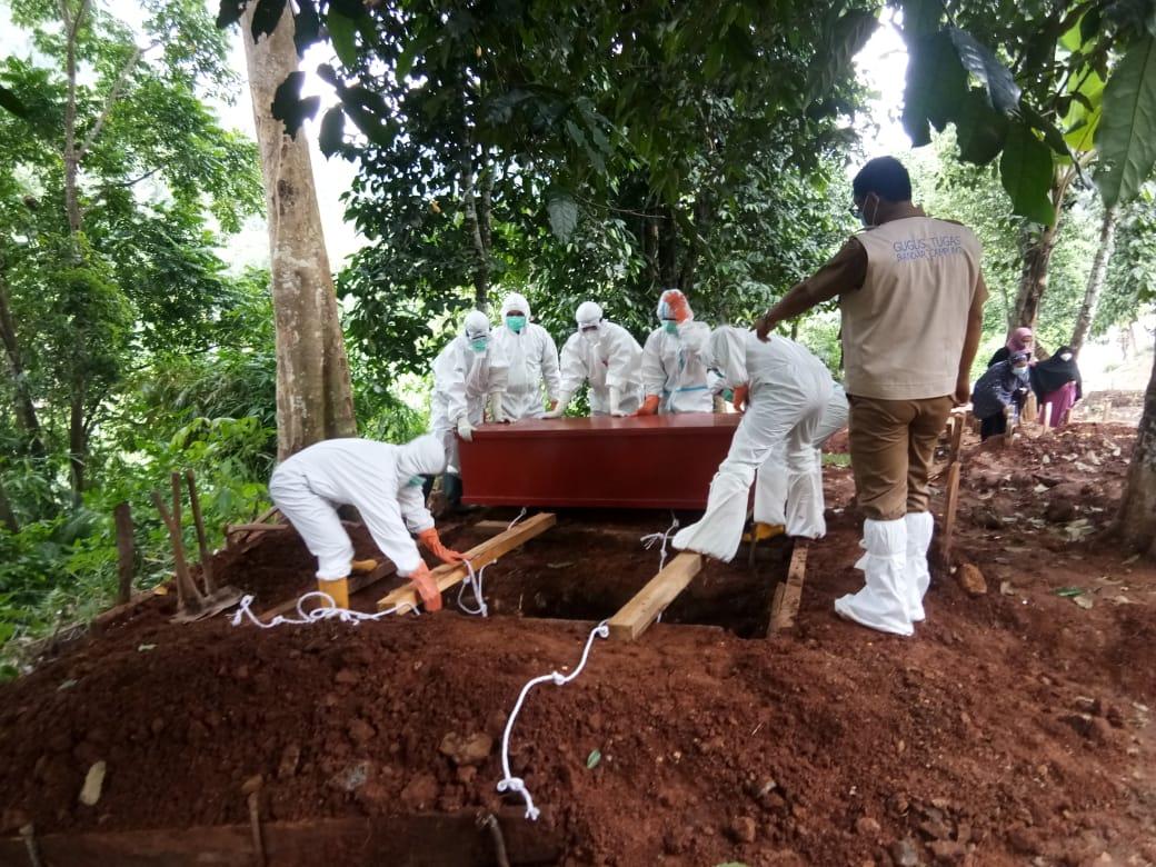 Babinsa Koramil 410-03/TBU Kodim 0410/KBL Koptu Yulhaidir, memonitor pelaksanaan prosesi pemakaman jenazah yang dilakukan oleh sejumlah Tim evakuasi Satuan Tugas Penanganan Covid-19, di TPU Umbul Kunci