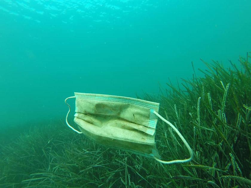 Одноразові маски забруднюють моря й океани